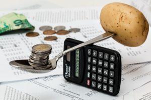 現在の収入と出費を把握する